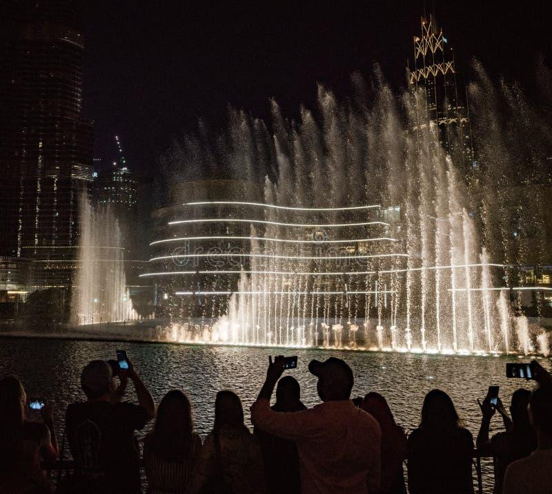 Menge passt die Show an den Dubai-Brunnen auf stockfoto