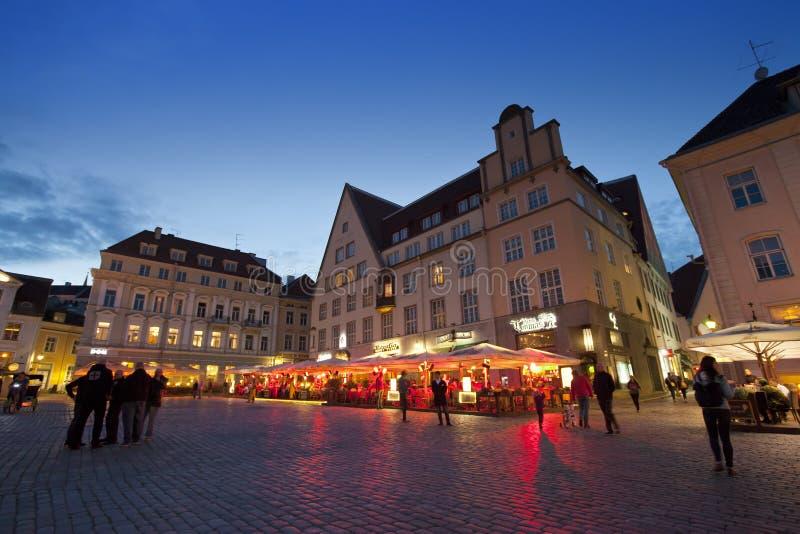 Menge TALLINNS, ESTLAND 5. September 2015 A von Touristen besuchen Abend Rathausquadrat in der alten Stadt am 5. September 2015 i stockbild