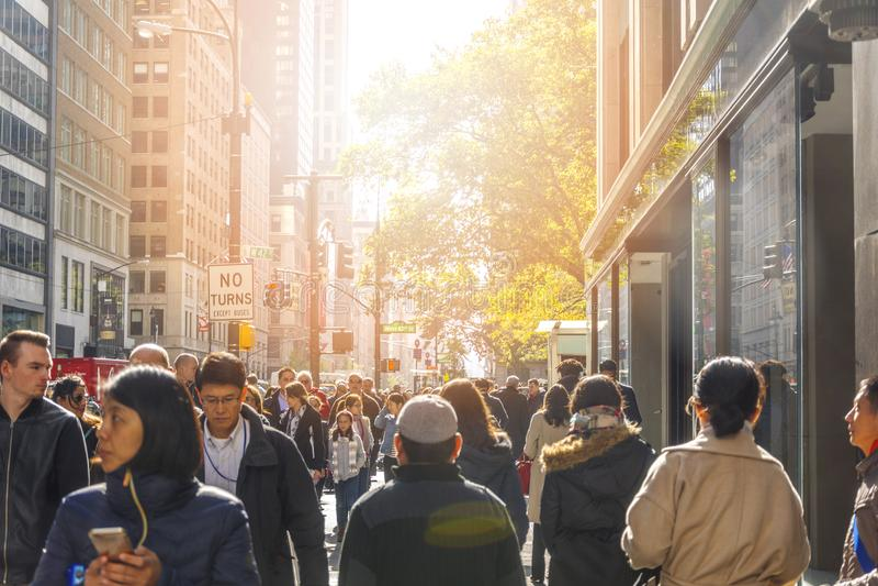 Menge von den Leuten, die an der Kreuzung entlang Fifth Avenue der Straße des Westen-42. in Manhattan, New York City gehen lizenzfreie stockfotos