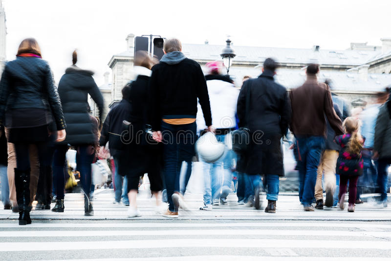 Menge von den Leuten, die eine Stadtstraße kreuzen lizenzfreie stockfotografie