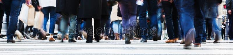 Menge von den Leuten, die eine Stadtstraße kreuzen lizenzfreie stockbilder