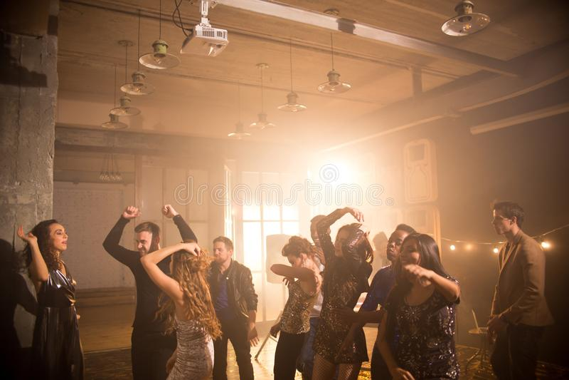 Menge von den Leuten, die in Nachtklub tanzen stockbild