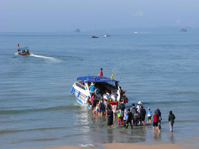 Menge von den Leuten Knie-tief im Meerwasser stockfotos