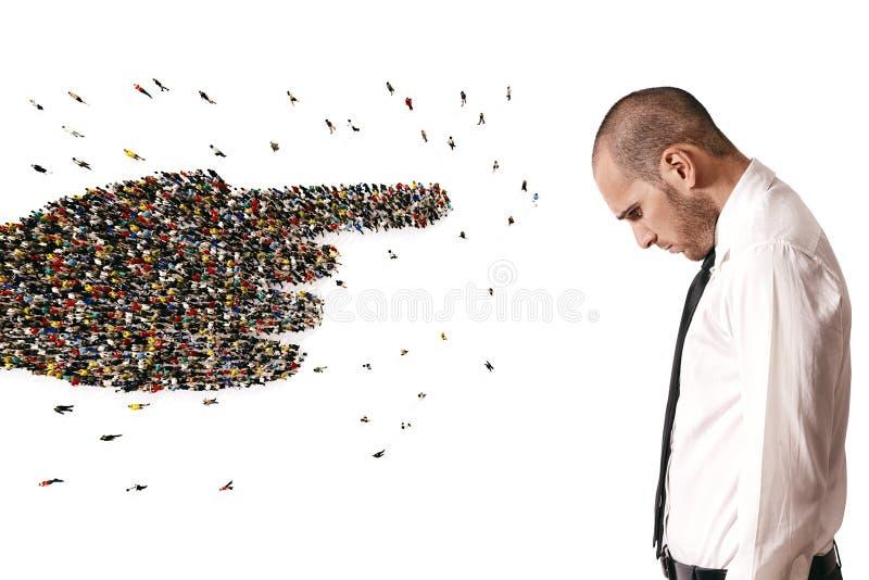 Menge von den Leuten vereinigt, eine Hand bildend einen traurigen Mann zeigend Wiedergabe 3d lizenzfreie abbildung