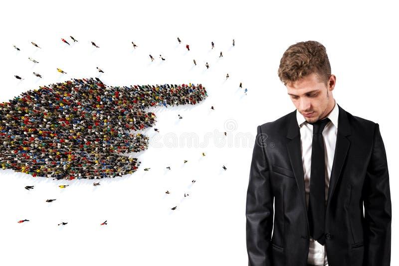 Menge von den Leuten vereinigt, eine Hand bildend einen traurigen Mann zeigend Wiedergabe 3d lizenzfreie stockbilder