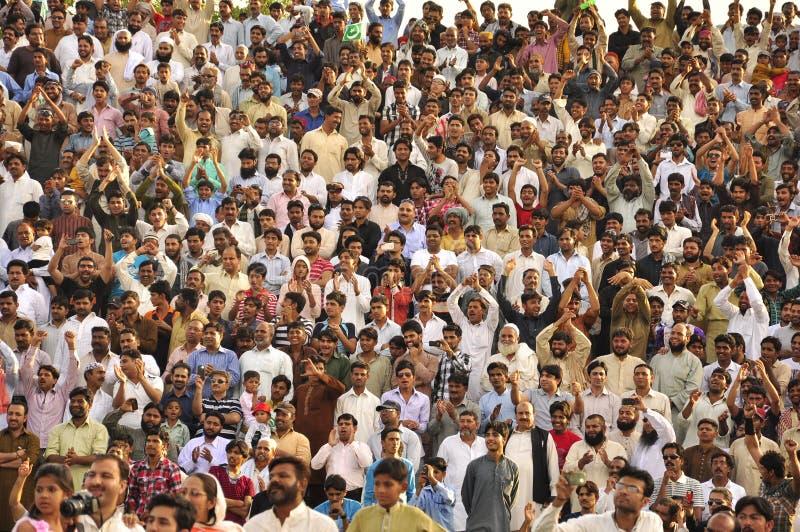 Menge von den Männern, die Hände klatschen lizenzfreies stockbild