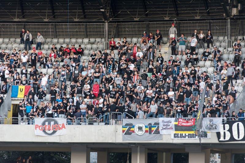 Menge von Fußballfans, Anhänger in der Tribüne lizenzfreies stockbild