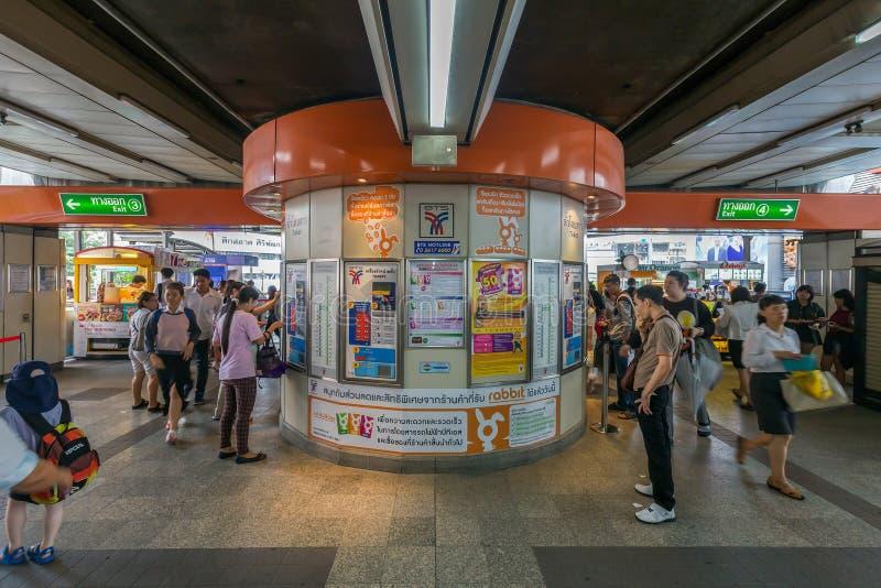 Menge von kaufenden Karten der Leute an der Siegmonumentstation B stockbilder