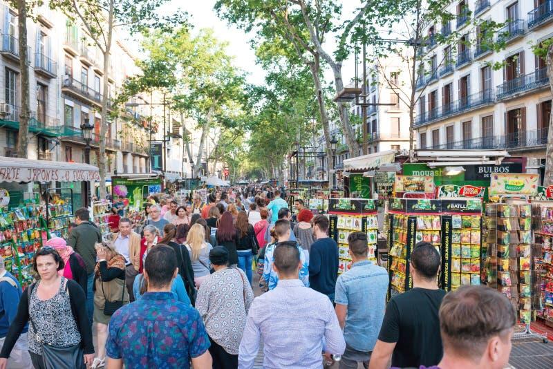 Menge von Leuten auf berühmter La Rambla-Straße stockfotos