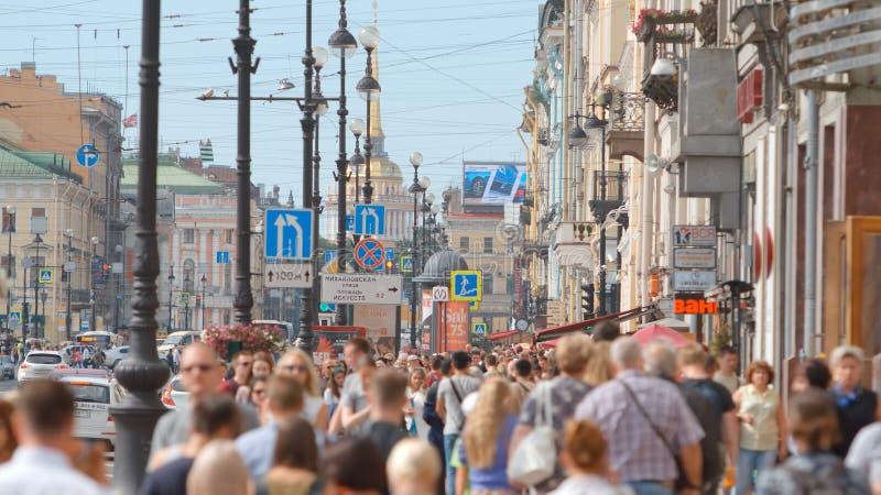 Menge von Leuten auf einem Bürgersteig der Nevsky-Straße an einem sonnigen Tag stockbilder