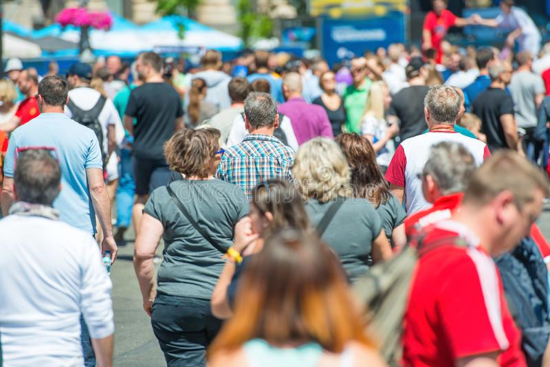 Menge von Leuten auf Stadtstraße lizenzfreie stockfotos