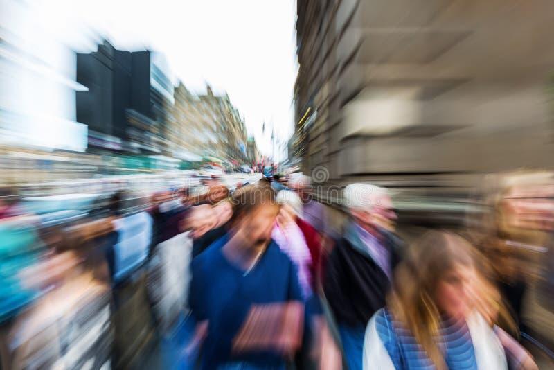 Menge von Leuten in der Stadt mit Zoomeffekt stockbild