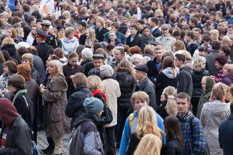 Menge von Leuten an der Station, die auf einen elektrischen Zug wartet stockfotos