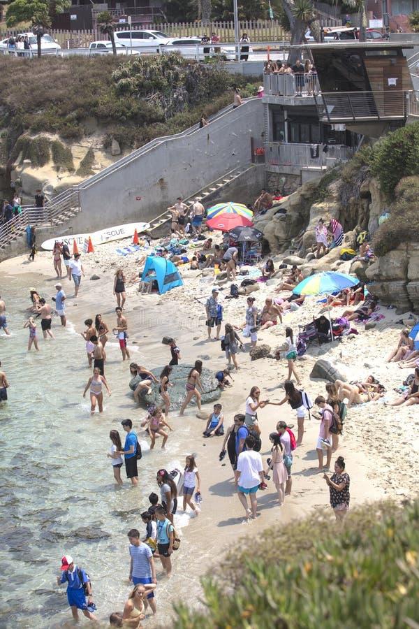 Menge von Leuten an einem warmen Sommer ` s Tag an La- Jollabucht lizenzfreies stockbild