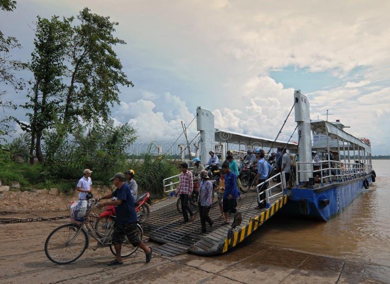 Menge von Leuten kreuzen den Fluss durch Fähre stockfotos