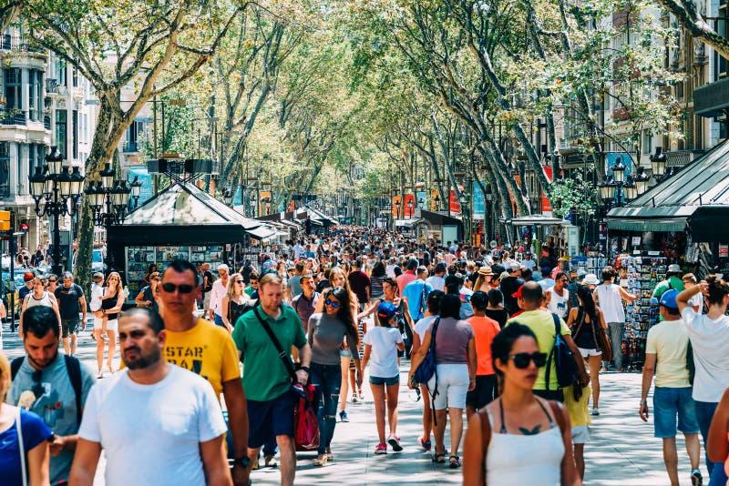 Menge von Leuten in zentraler Barcelona-Stadt auf La Rambla-Straße lizenzfreie stockbilder