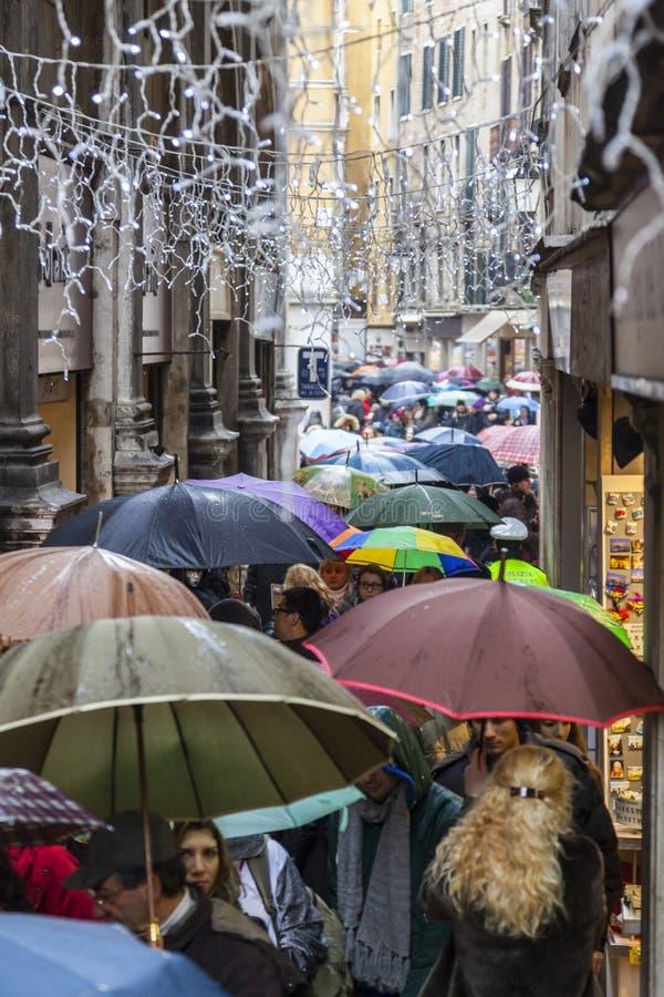 Menge von Regenschirmen in Venedig stockbilder