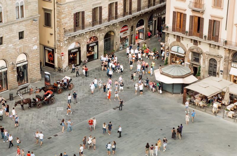 Menge von Touristen mit Geschäften, Restaurants und Museen in der alten italienischen Stadt lizenzfreies stockbild