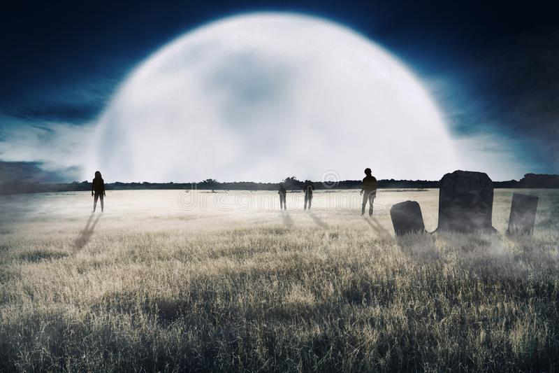 Menge von Zombies schaute vom weit weg gehenden Nähern stockfotografie