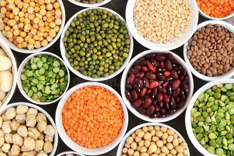 Mengeling van droge peulvruchtverscheidenheden: pinto en mung bonen, geassorteerde linzen, sojaboon, gele en groene erwten, kikke stock afbeelding