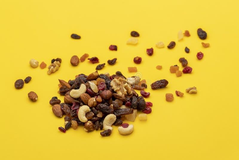 Mengeling van droge vruchten en noten stock afbeeldingen
