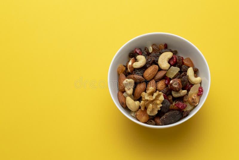 Mengeling van droge vruchten en noten in een kom royalty-vrije stock foto's