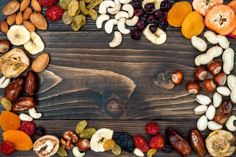 Mengeling van droge vruchten en noten op een donkere houten achtergrond met exemplaarruimte Hoogste mening Symbolen van judaic va royalty-vrije stock foto