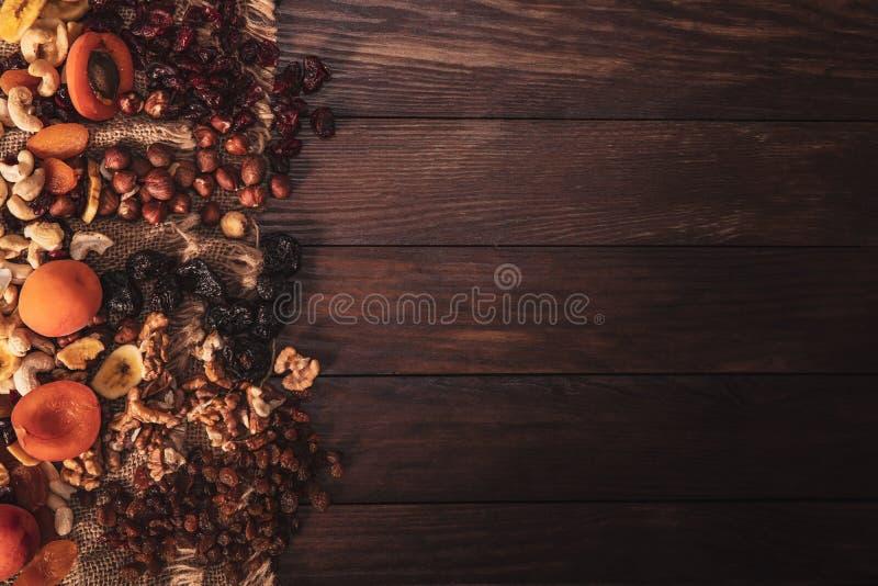 Mengeling van gedroogd fruit en noten die op linnenstof wordt geschikt stock afbeeldingen