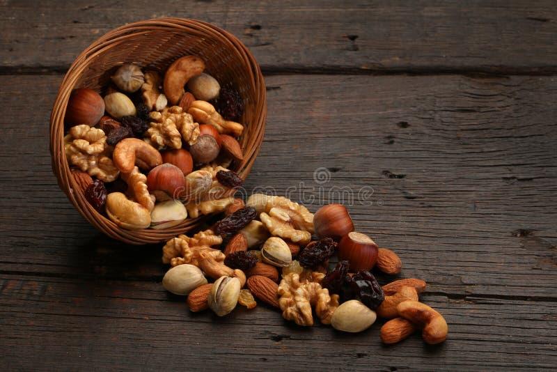Mengeling van heerlijke noten in een kom royalty-vrije stock foto's