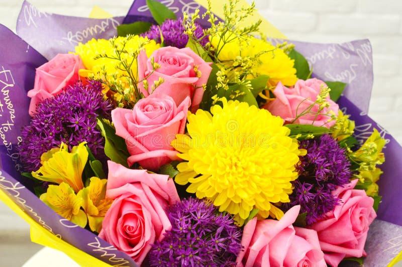 Mengeling van het boeket van de zomerbloemen voor het huwelijk stock foto's