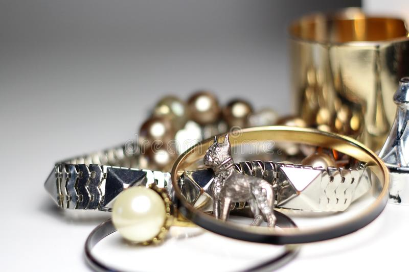 Mengeling van juwelen over witte achtergrond royalty-vrije stock foto