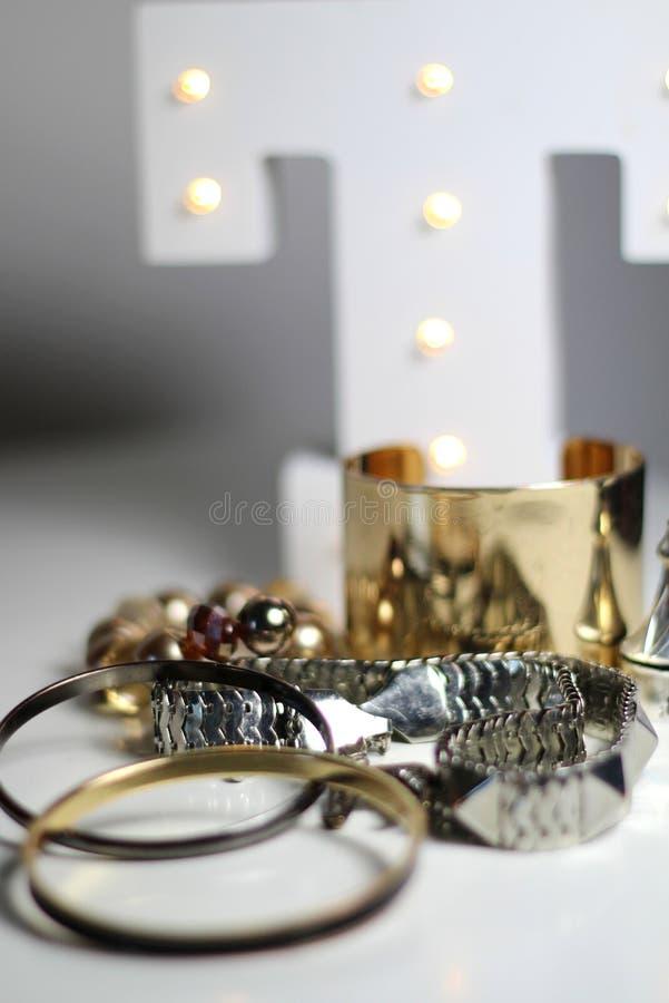 Mengeling van juwelen over witte achtergrond royalty-vrije stock afbeelding