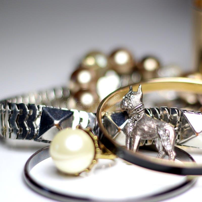 Mengeling van juwelen over witte achtergrond stock fotografie