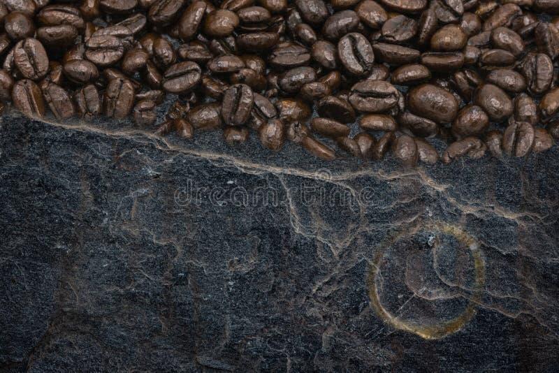 Mengeling van Koffiebonen met donkere van de stenentextuur en koffie vlekken op steenachtergrond stock afbeelding
