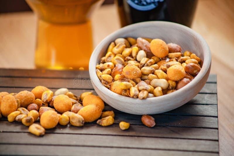 Mengeling van noten in kom stock foto's