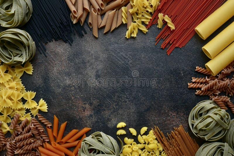 Mengeling van organische kleurrijke Italiaanse deegwaren: tagliatelli, penne, fusilli, spaghetti, canneloni, farfalle Hoogste men royalty-vrije stock foto