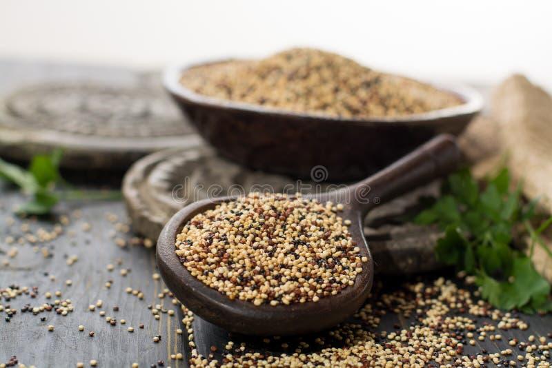 Mengeling van organische witte, gele en zwarte dieet quinoa, en healt royalty-vrije stock foto's