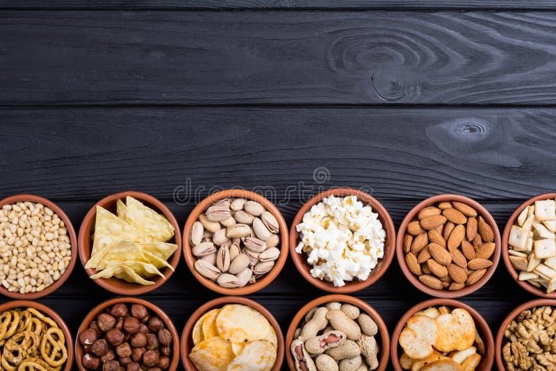 Mengeling van snackspretzels, crackers, spaanders, noten en nachos stock foto