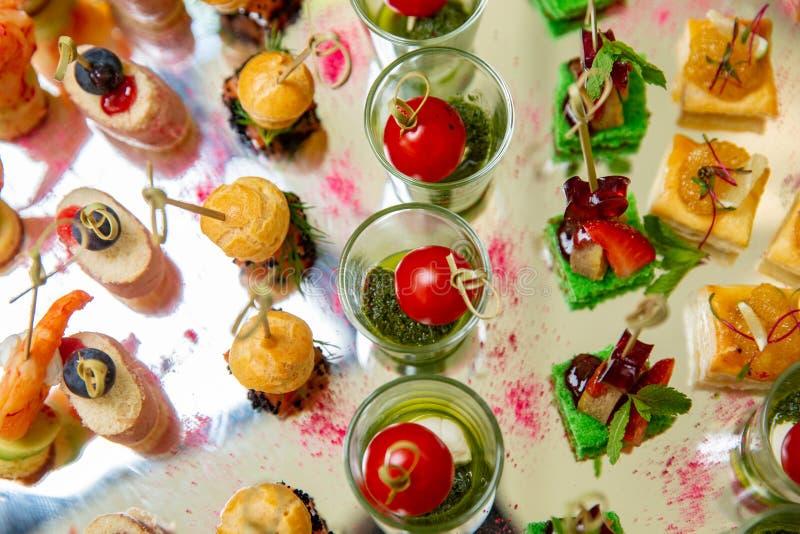 Mengeling van verschillende snacks en voorgerechten Spaanse tapas op een lijst Tapas Bar Delicatessenwinkel, sandwiches, olijven, royalty-vrije stock fotografie