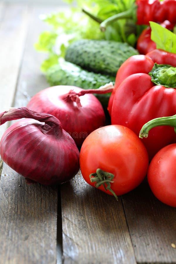 Mengeling van verse groenten op de lijst stock fotografie