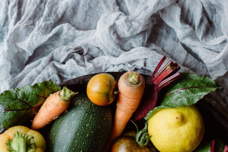 Mengeling van verse vruchten en groenten op een plaat stock foto