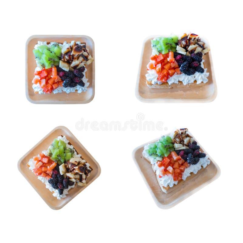 Mengelings verse fruitsalade in houten die plaatkiwi, Aardbei, banaan, Moerbeiboom op witte achtergrond wordt geïsoleerd stock afbeeldingen