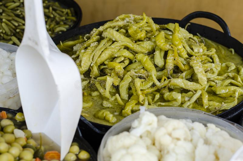 Mengelingsolijven in Provencal-variatie van Pesto-saus royalty-vrije stock afbeeldingen