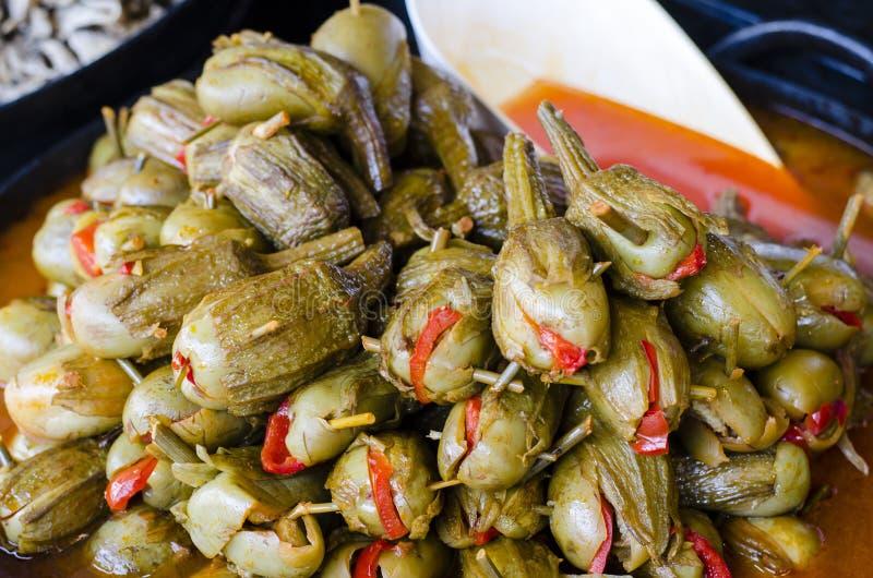 Mengelingsolijven in Provencal-variatie van Pesto-saus stock afbeeldingen