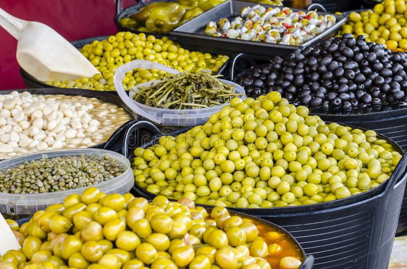 Mengelingsolijven in Provencal-variatie van Pesto-saus stock foto