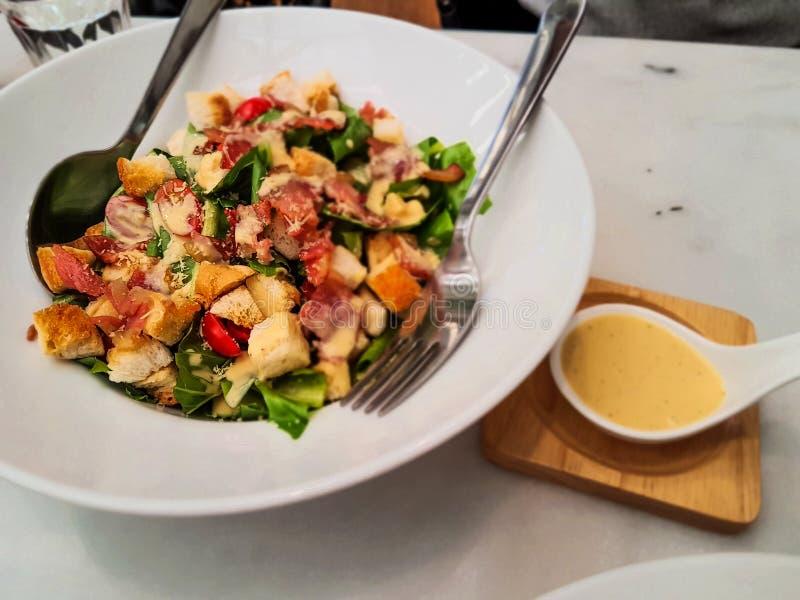 Mengelingssalade in de witte schotel klaar te eten stock afbeeldingen