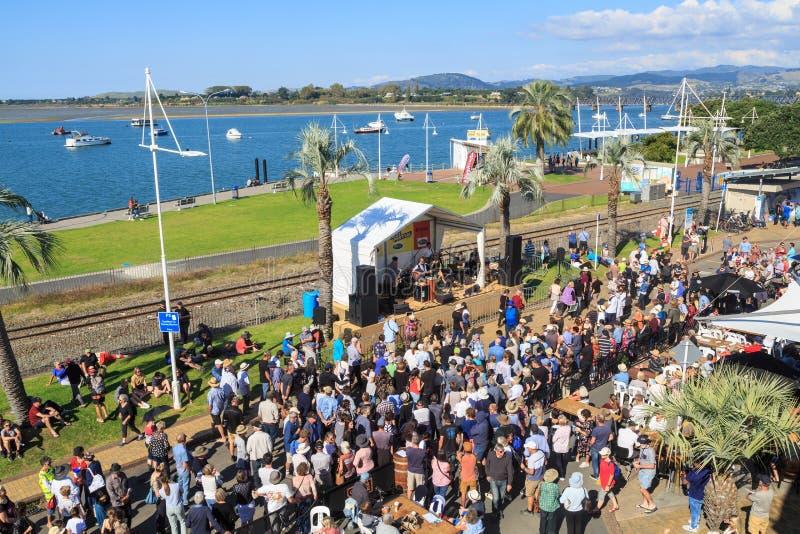 Mengen bei Jazz Festival in im Stadtzentrum gelegenem Tauranga, Neuseeland lizenzfreie stockfotos
