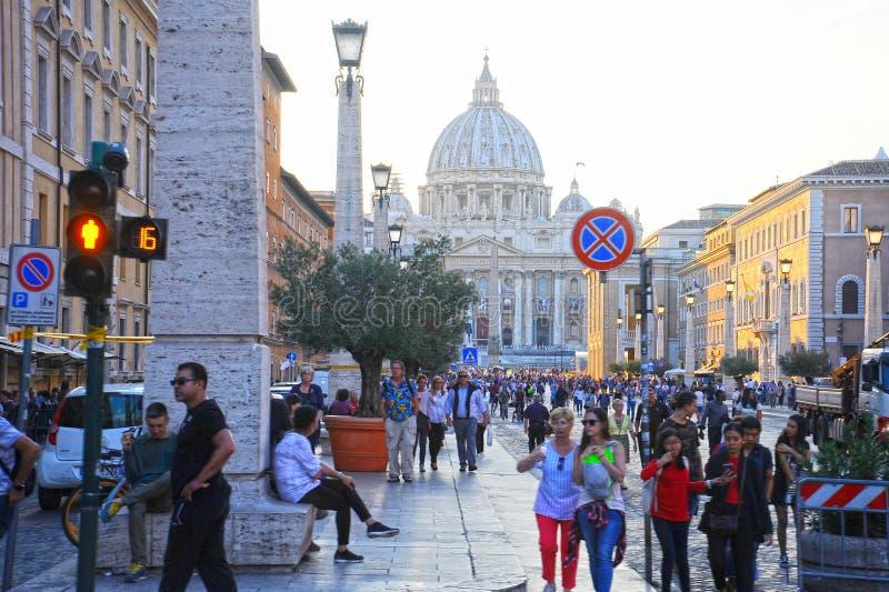 Mengen des Leutewegs nahe der des St Peter Basilika bei dem Sonnenuntergang in Rom, Italien St Peter Kathedrale in der Vatikansta lizenzfreie stockfotografie