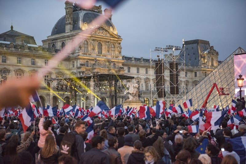 Mengen feiern Macron-` s Sieg am Louvre-Museum stockfotos