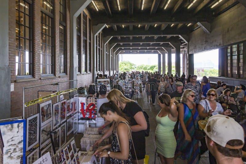 Mengen mit vielen Leuten auf einer Markthalle in der hohen Linie Park, New York, USA lizenzfreie stockfotografie